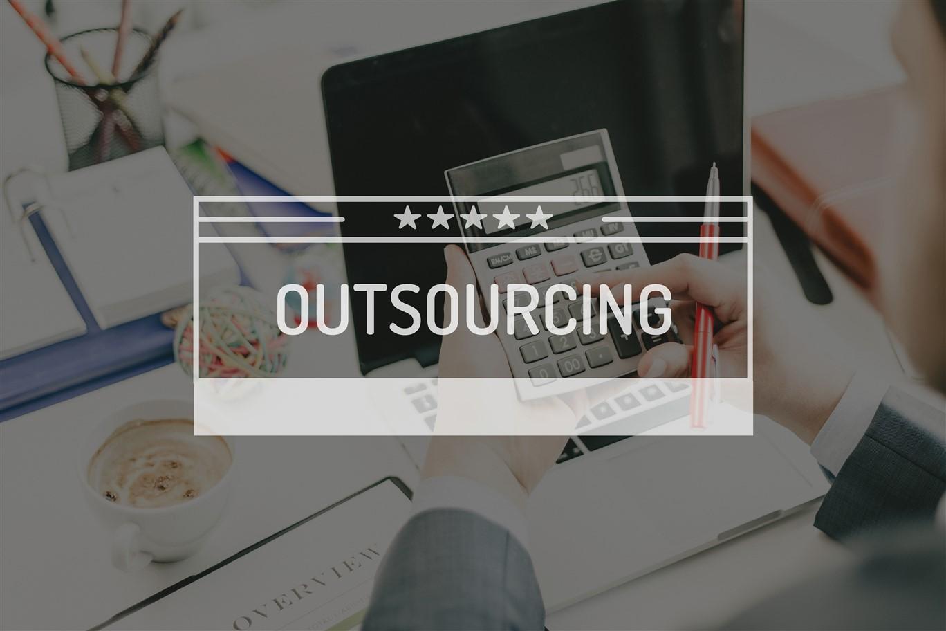 Outsourcing to wydzielenie ze struktury organizacyjnej przedsiębiorstwa niektórych zadań  i przekazanie ich do wykonania innym podmiotom.